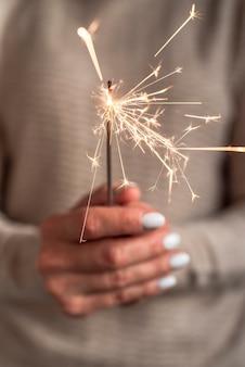 Explosión de bengala ardiente sostenida en la mano