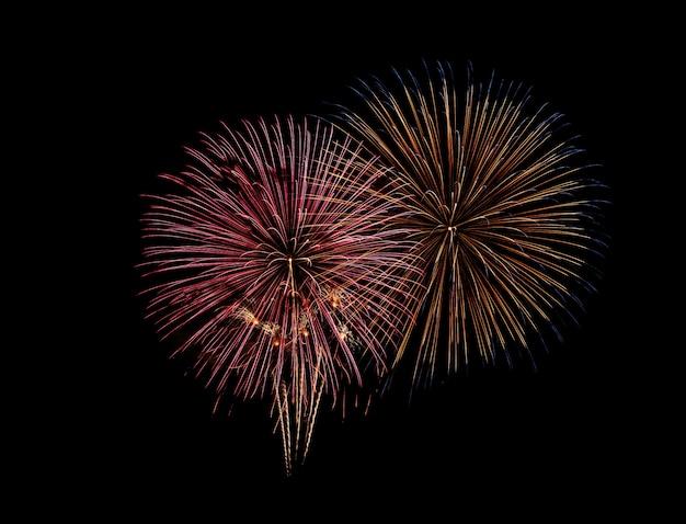 Explosión colorida festiva abstracta de los fuegos artificiales en fondo negro