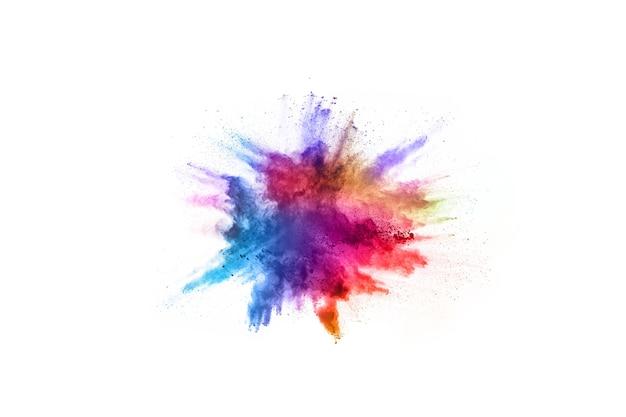 Explosión colorida del polvo en el fondo blanco. nube de color el polvo colorido estalla.