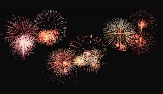 Explosión de coloridos fuegos artificiales en el fondo