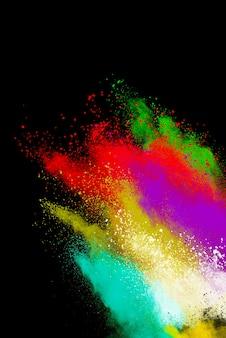 Explosión de polvo multicolor sobre fondo negro. nube coloreada polvo de colores explota pai