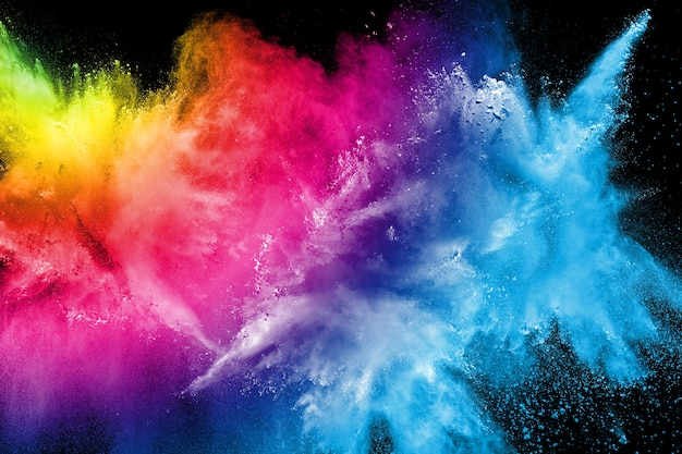 Explosión de polvo multicolor sobre fondo negro