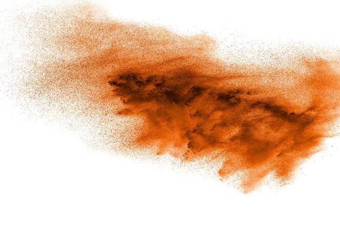 Explosión de polvo naranja abstracto sobre fondo blanco