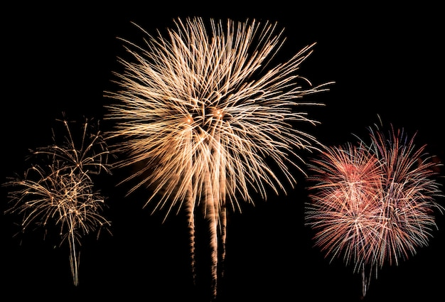 Explosión de fuegos artificiales de colores en festival anual