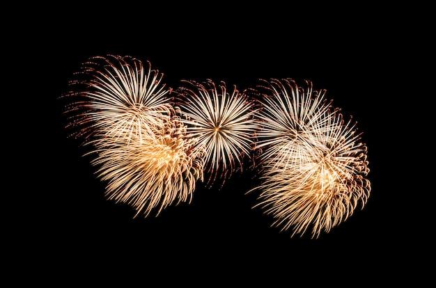 Explosión de fuegos artificiales dorados y rojos en el cielo negro