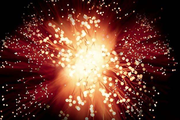 Explosión de fuegos artificiales de gran alcance en la noche