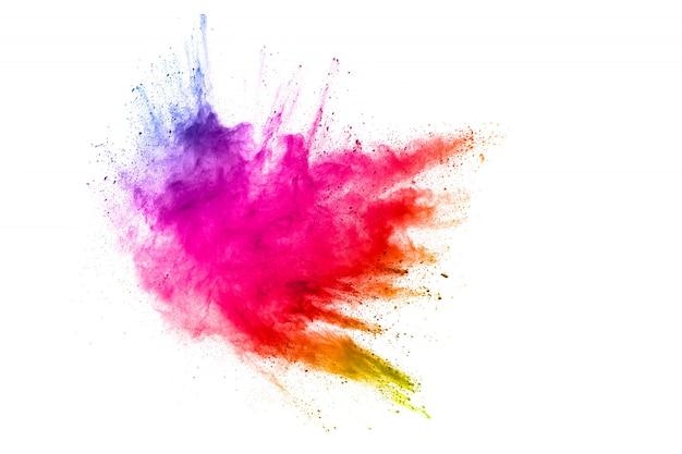 Explosión de partículas de polvo de colores sobre superficie blanca