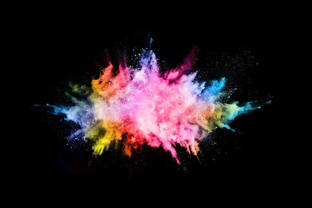 Explosión de polvo de color abstracto en un negro.