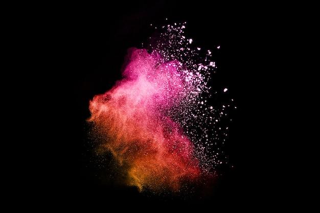 Explosión de polvo de color abstracto sobre un fondo negro background.abstract polvo splatted