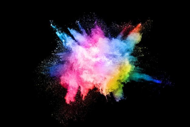 Explosión de polvo de color abstracto sobre fondo negro
