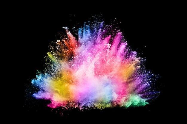 Explosión de polvo de color abstracto sobre un fondo negro