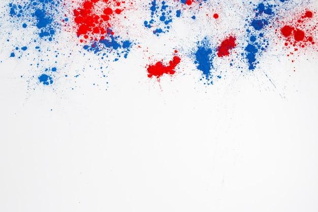 Explosión de polvo de color holi abstracto sobre un fondo blanco.