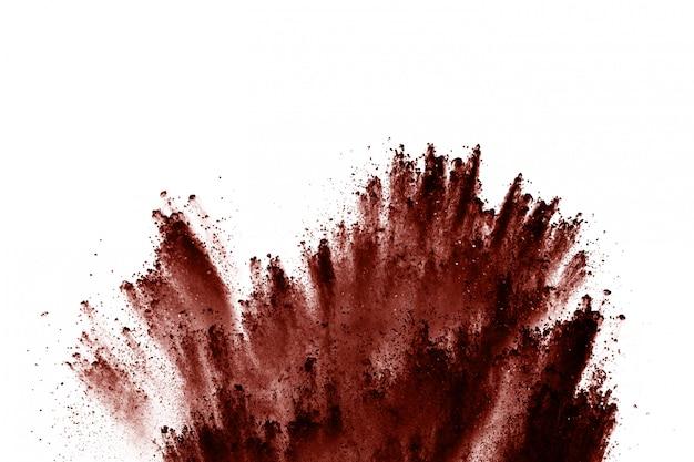 Explosión de polvo de color marrón sobre blanco.