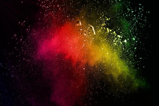 Explosión de polvo coloreada abstracta en un fondo negro.
