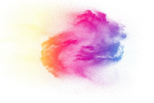 Explosión de polvo colorido en blanco