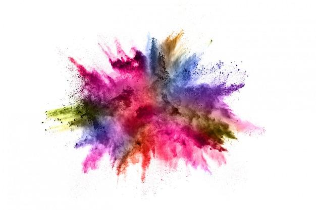 Explosión de polvo colorido en blanco.
