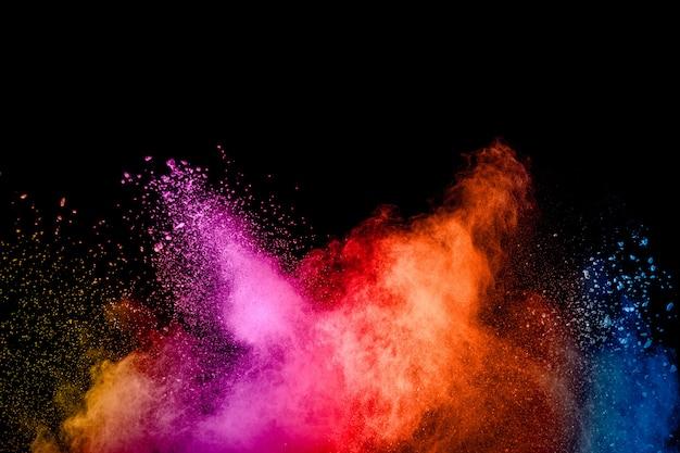 Explosión de polvo colorido en la oscuridad