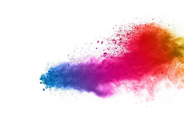 Explosión de polvo colorido sobre fondo blanco.