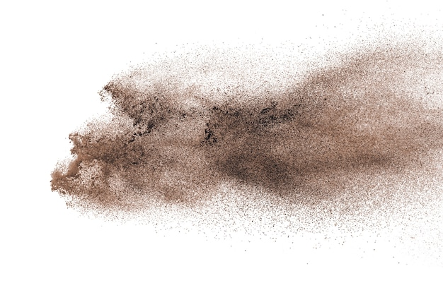 Explosión de polvo marrón aislada sobre fondo blanco.