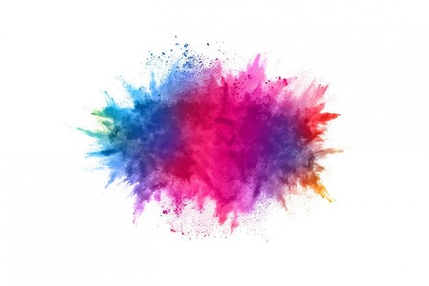 Explosión de polvo multicolor sobre fondo blanco