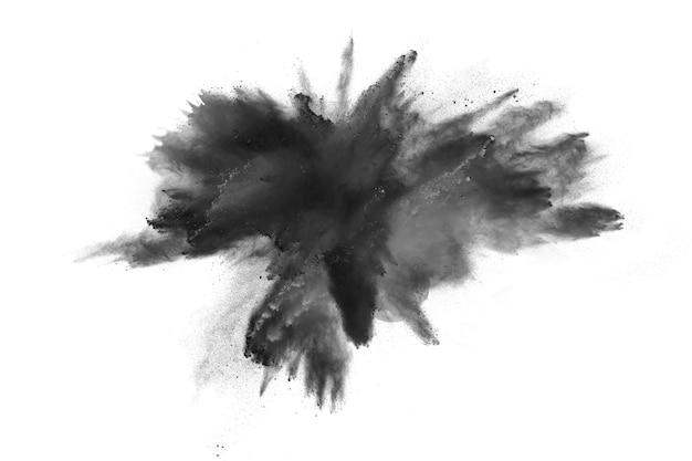 Explosión de polvo negro aislado sobre fondo blanco