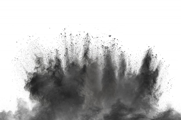 Explosión de polvo negro contra el fondo blanco.