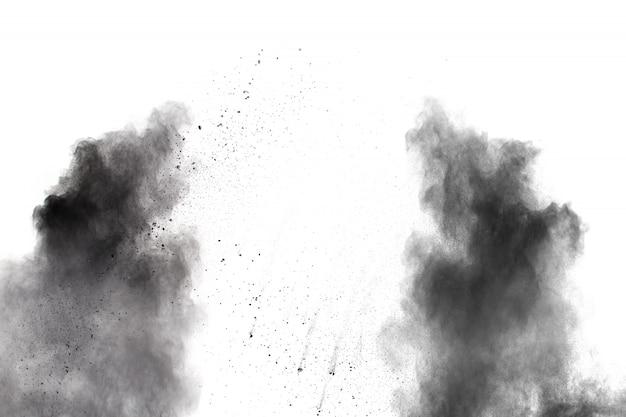 Explosión de polvo negro sobre blanco