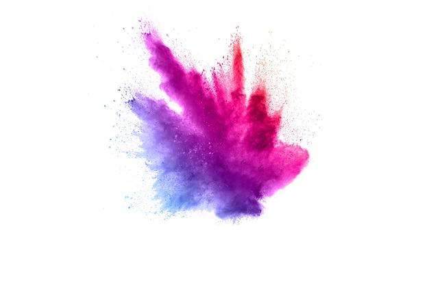 Explosión de polvo púrpura azul sobre fondo blanco.