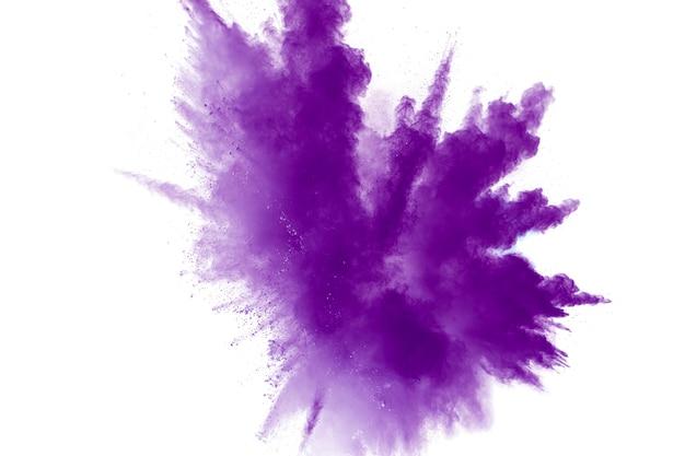 Explosión de polvo púrpura sobre fondo blanco.