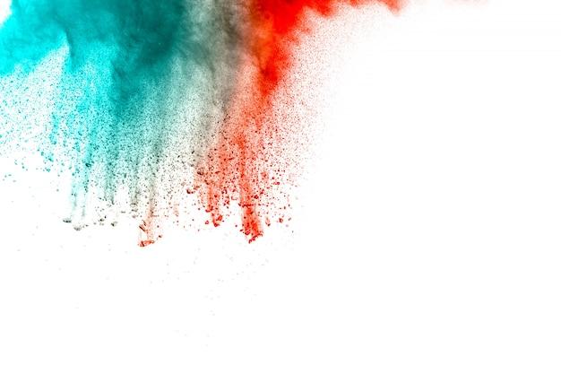Explosión roja abstracta del polvo del color verde en el fondo blanco. holi pintado.