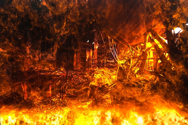 Exposición doble, interiores quemados de la decoración de oficinas después de un incendio en la fábrica