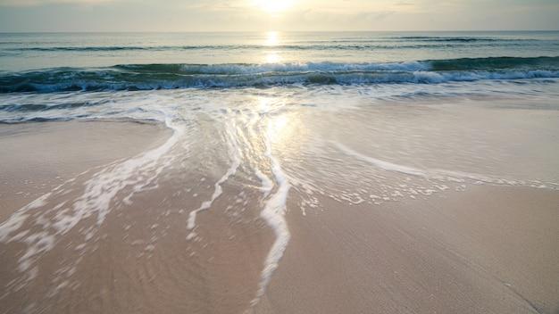Exposición larga disparo olas del paisaje marino en la playa de arena