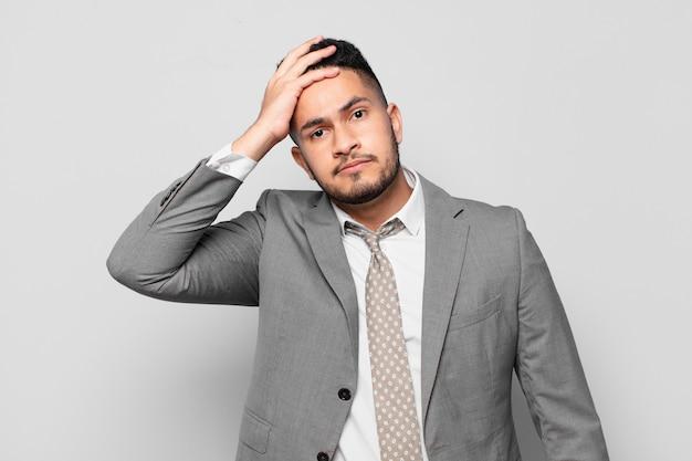 Expresión asustada empresario hispano