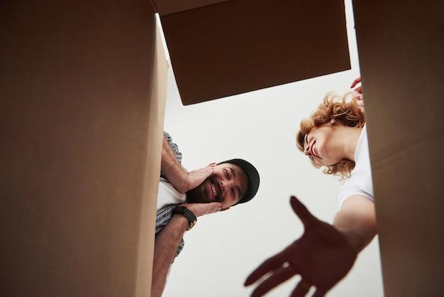 Expresión facial. pareja feliz juntos en su nueva casa. concepción de mudanza