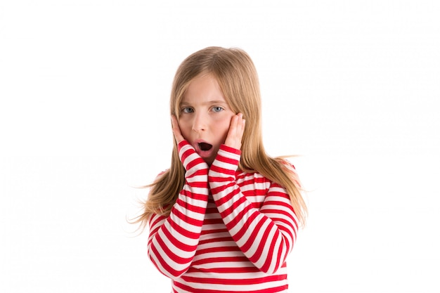 Expresión sorprendida triste del gesto de la muchacha rubia del niño
