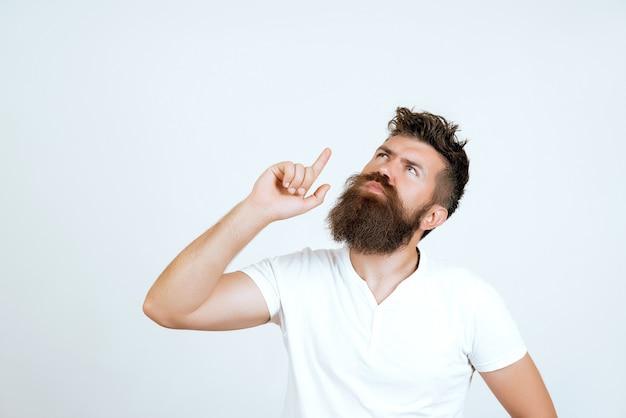 Expresiones del rostro humano, emociones, sentimientos, lenguaje corporal. retrato pensativo del pensamiento serio del hombre barbudo en estudio aislado sobre fondo blanco. concepto de duda.