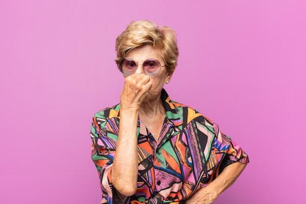 Expresiva hermosa anciana
