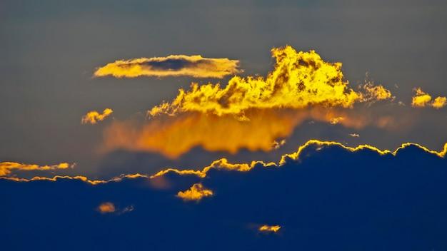 El expresivo contraste de las nubes en el cielo y el sol.