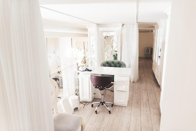 Exquisito salón de belleza con un elegante interior.
