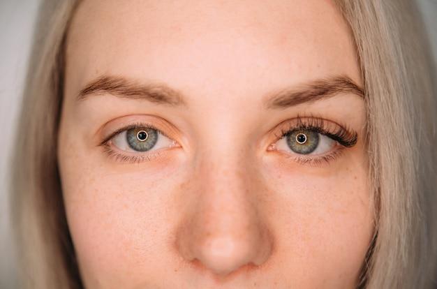 Extensión de pestañas antes, pestañas, ojos de mujer hermosa