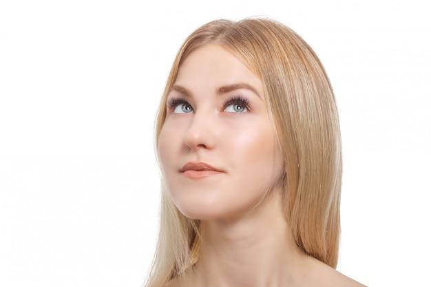 Extensión de pestañas. retrato de mujer joven hermosa con piel perfecta