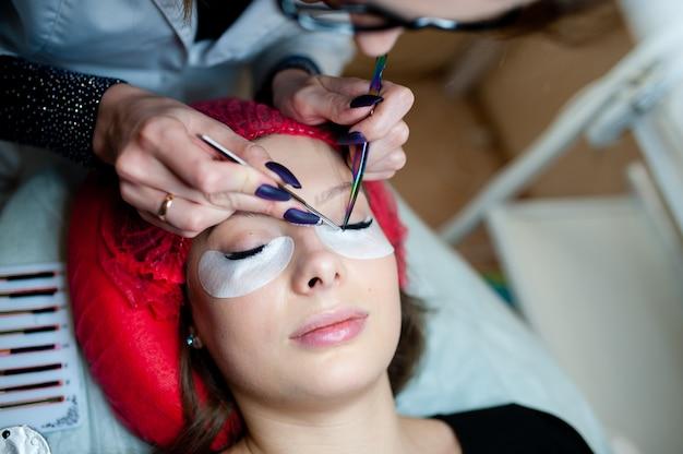 Extensiones de pestañas en el beauty studio.