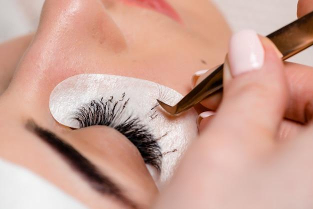 Extensiones de pestañas en el salón de belleza. entrenamiento y marcaje.