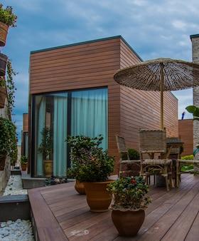 Exterior de casa de estilo moderno con terraza.
