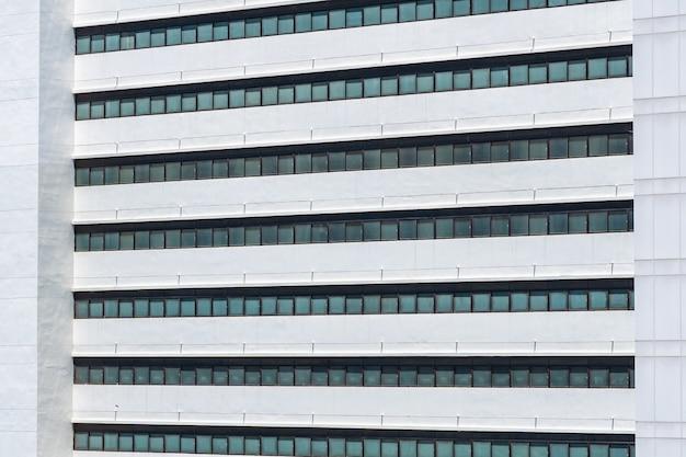 Exterior del edificio de negocios con patrón de ventana de vidrio