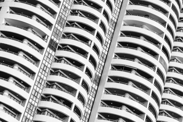 Exterior del edificio con ventana balcón patrón.