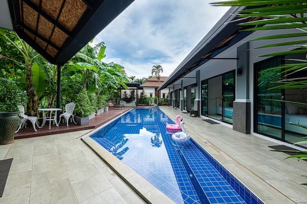 Exterior moderna villa tropical con piscina