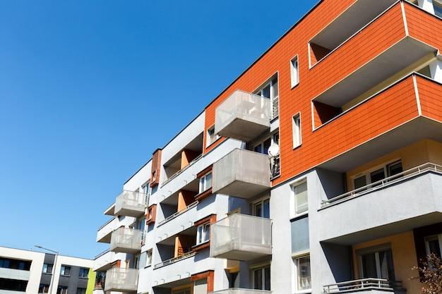 Exterior de un moderno edificio de apartamentos en un cielo azul
