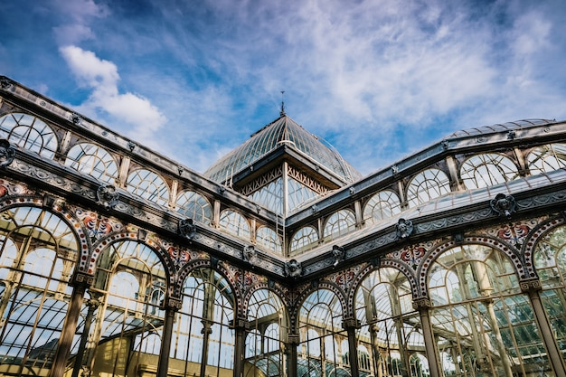 Exterior del palacio de cristal en madrid.