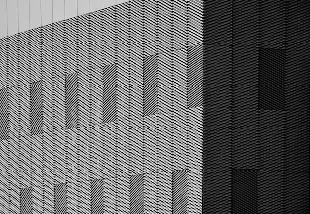 Exterior de rejilla de acero y toldo en muro de edificio.